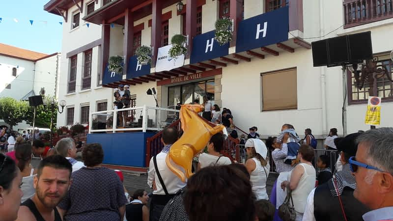 petits couples basques défilé hendaia ttiki