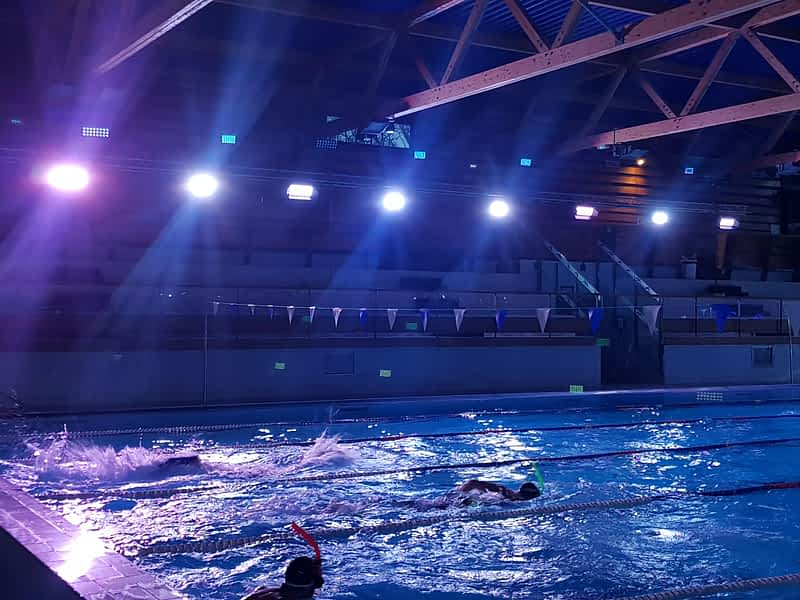 éclairage LED ambiance stade piscine sport
